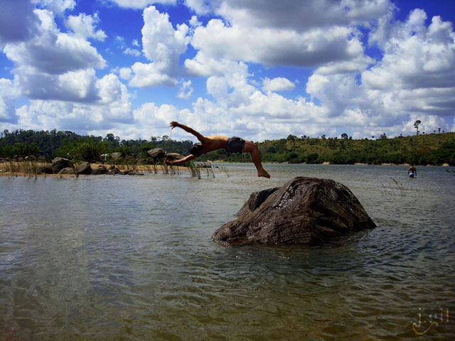 Rock-jumping-on-a-hot-day