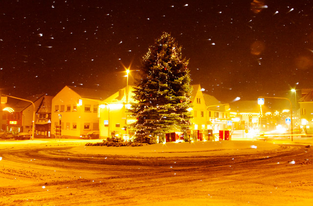 Roundabout the christmas tree by Sven Reifschneider