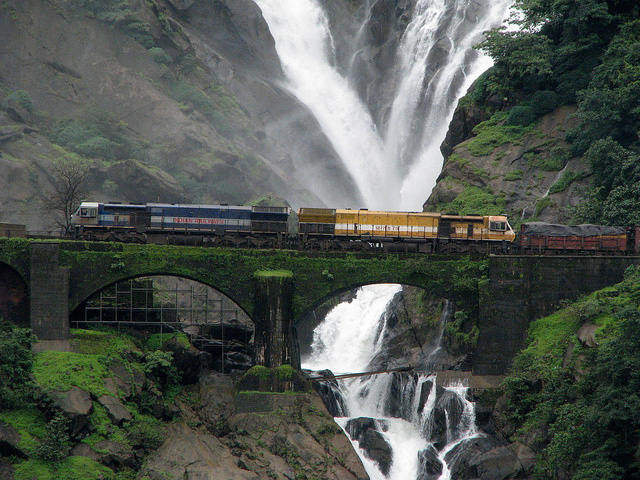 Dudhsagar-Waterfalls,-on-the-Goa-Karnataka