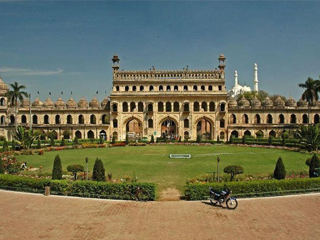 Gravity-Defying-Palace-in-Lucknow
