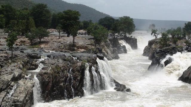Hogenkal-Falls,-Tamilnadu,-India