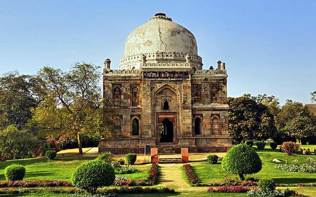 Ornate-Tomb,-Lodi-Gardens,-Delhi