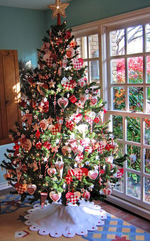 lovely-Christmas-tree-decoed-with-red-themed-ornaments-checked-hearts-ice-creams